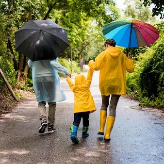 雨の中で散歩している家族