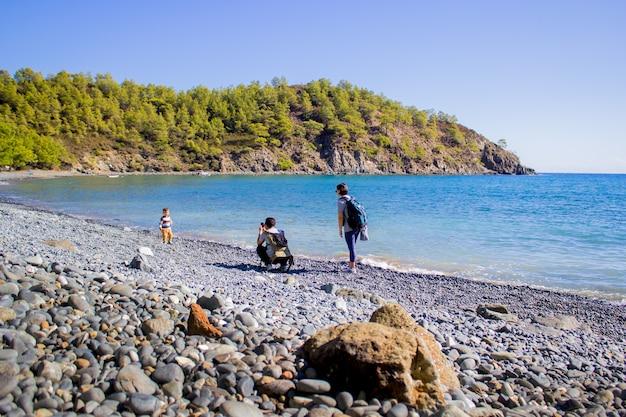 Семья фотографирует на пляже