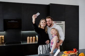 Семья, занимающая себя на кухне