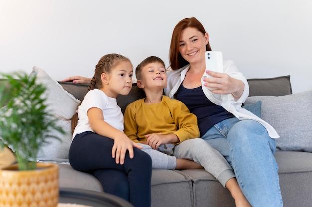 Семья, делающая средний снимок селфи