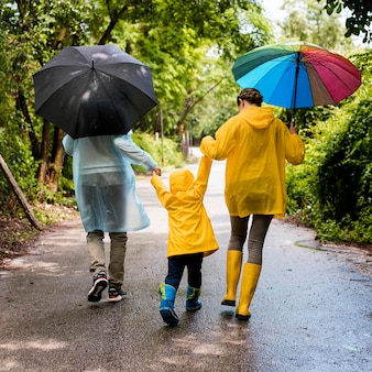 Famiglia facendo una passeggiata sotto la pioggia