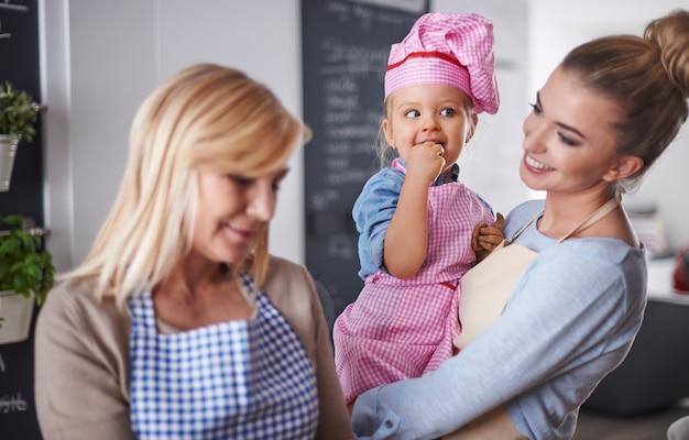 Семья разговаривает на кухне
