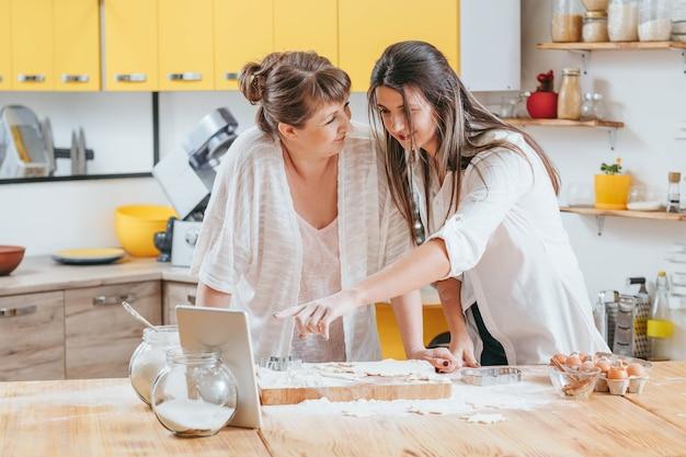가족 팀워크 엄마와 딸이 함께 요리