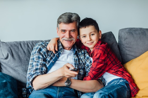 家族の時間。彼の祖父と抱き締める陽気な孫。リビングルーム。