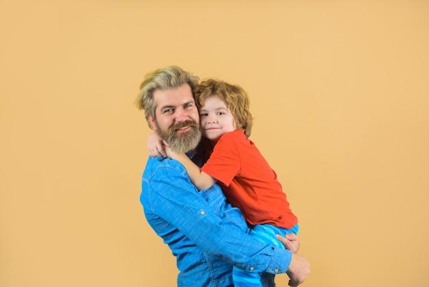 家族の時間お父さんと息子の良い関係親子関係の概念家族関係お父さんは息子と抱擁