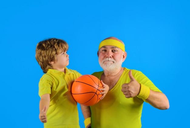 家族の時間の祖父と家族のスポーツをしている子供はダンベルの肖像画で老人を親指を立てる