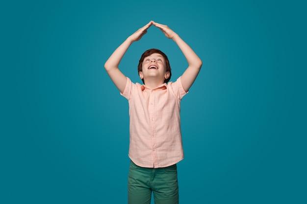 Семья время счастливое детство концепция семейный уход мальчик, жестикулирующий знак крыши