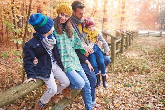 森の中での家族の時間