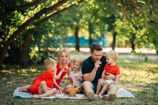 ロングショット公園で家族の時間