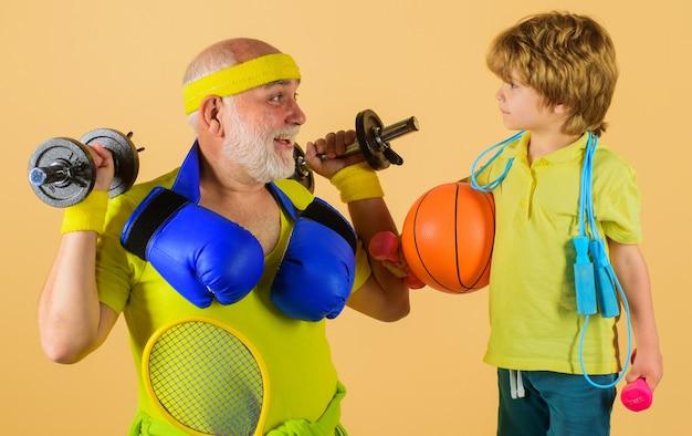 가족이 함께하는 시간. 건강한 할아버지와 손자 운동. 할아버지와 아이 스포츠.