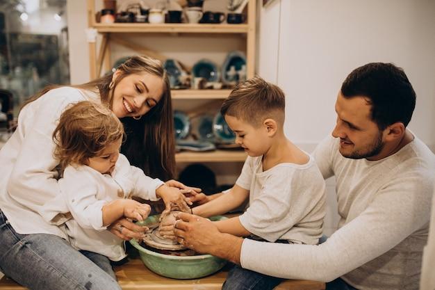 Семья вместе занимается производством керамики