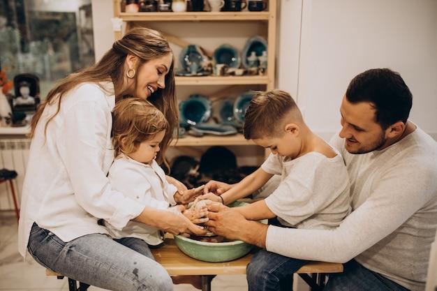 Famiglia insieme che produce in un corso di ceramica