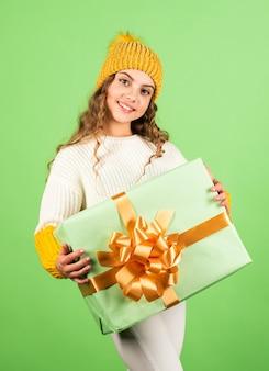 家族の伝統美しいギフトパッケージプレゼント愛の休日冬の休日小さな女の子