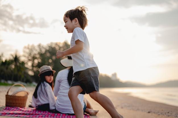 家族旅行ビーチリラックスライフスタイルホリデーコンセプトビーチで楽しむ親子