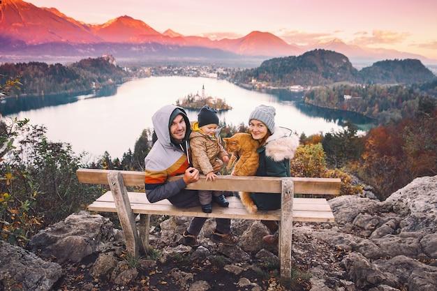 家族旅行ヨーロッパブレッド湖秋または冬時間スロベニアヨーロッパ
