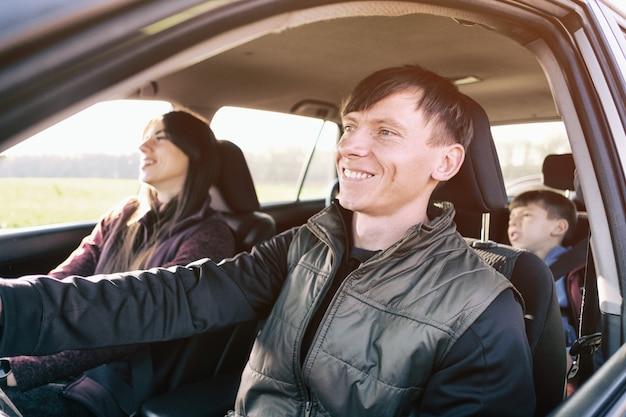 Семья счастливо путешествует на машине