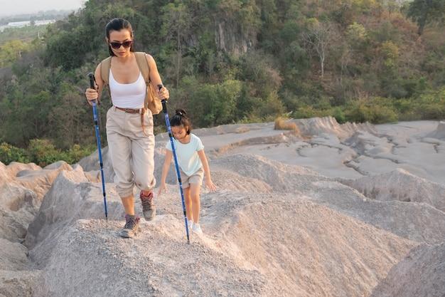가족 여행-배낭 산보기, 낮 시간에 아이와 어머니를보고 등산객. 무료 사진