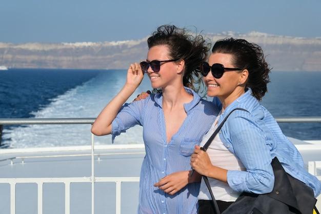Семейное путешествие, роскошный круизный отдых, мать и дочь-подросток наслаждаются морским путешествием на палубе лайнера в солнечный летний день, копия пространства