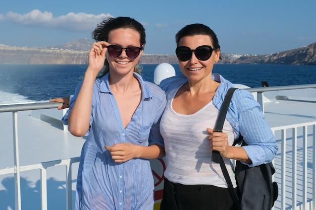 가족 여행 럭셔리 크루즈 휴가, 어머니와 십대 딸은 화창한 여름 날에 라이너 갑판에서 바다 여행을 즐깁니다.