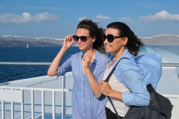 Семейное путешествие, роскошный круиз, отпуск, мать и дочь-подросток наслаждаются морским путешествием