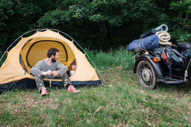 キャンプの週末の家族旅行