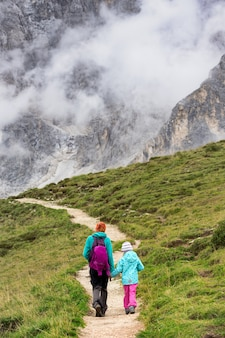 家族。 2人の女の子のハイカー-イタリア、ドロミテの山で娘と一緒に母親