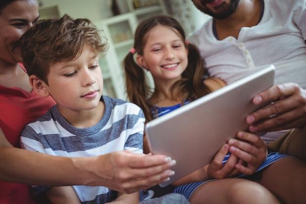 デジタルタブレットを使用して家族