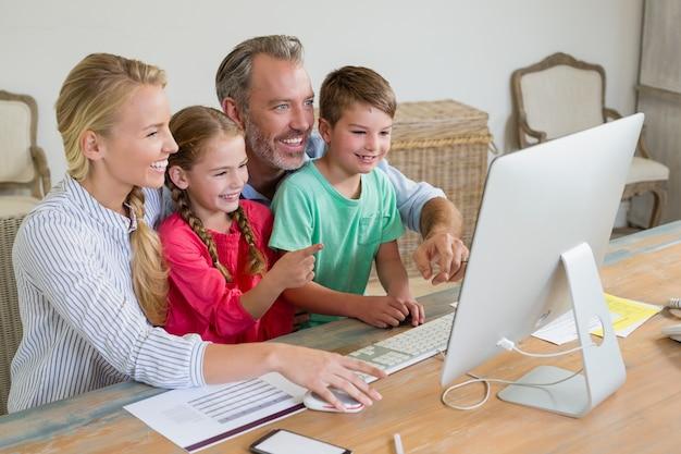 自宅でコンピューターを使用して家族