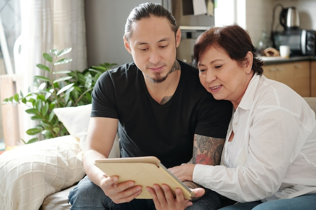 自宅でデジタルタブレットを使用している家族