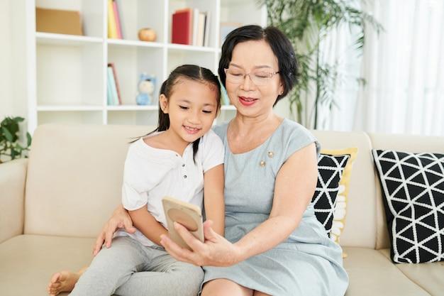 携帯電話を使用する家族