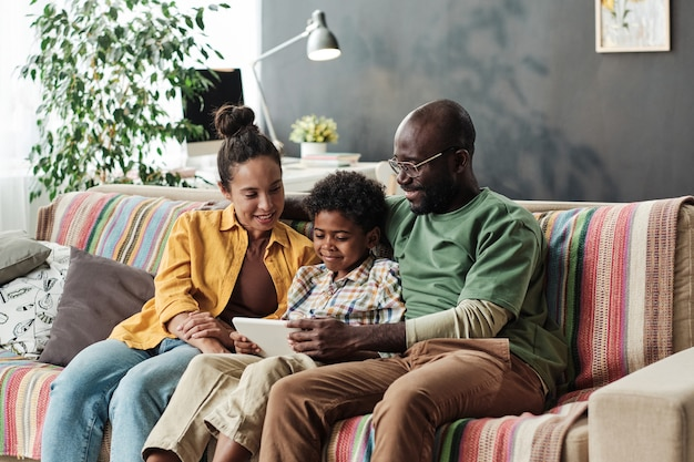 自宅でタブレットpcを使用している家族