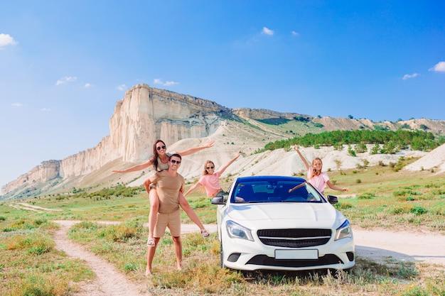 Семейный отдых. европейский праздник и концепция автомобильного путешествия