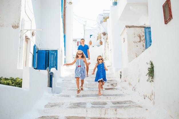 유럽에서 가족 휴가. 그리스에서 아버지와 아이 배경 미코노스 타운