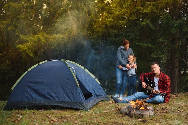 山岳キャンプでの家族旅行。