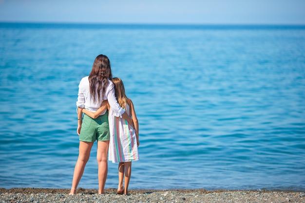 Семейный отдых. мать и дочка вместе на пляже