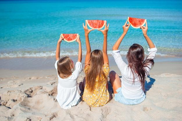 Семейный отдых. мама и маленькие девочки на отдыхе на пляже