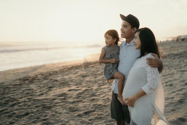 Семейный отдых на пляже.