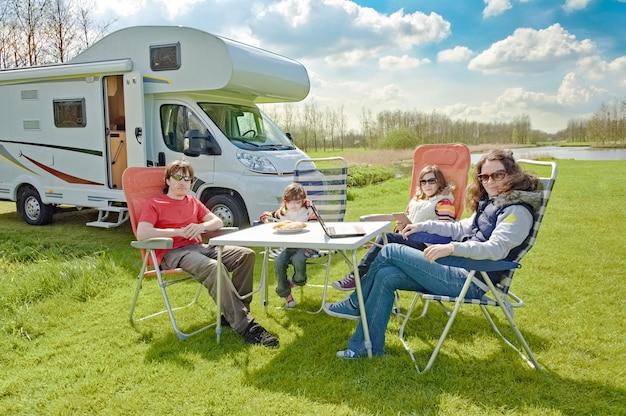 Семейный отдых на автофургоне с детьми счастливые родители с детьми веселятся в поездке в автодоме