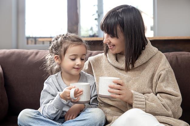 가족의 가치와 양질의 시간. 아이들의 우정과 행복한 가족 시간의 개념.