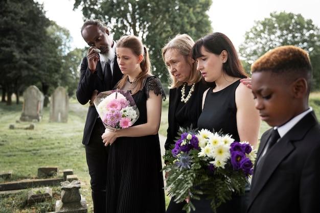 사랑하는 사람의 무덤을 방문하는 가족