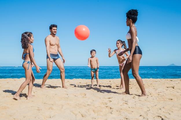 Семья, волейбол и пляж