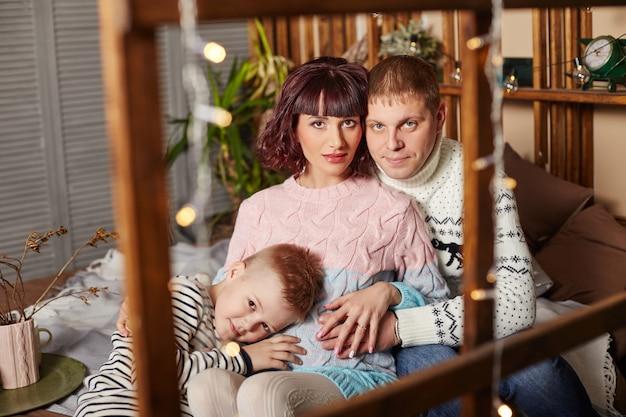 2番目の子供の誕生を待っている家族。お母さんお父さんと息子が赤ちゃんの誕生を待っています。家族はお互いを受け入れ、愛し合っています。