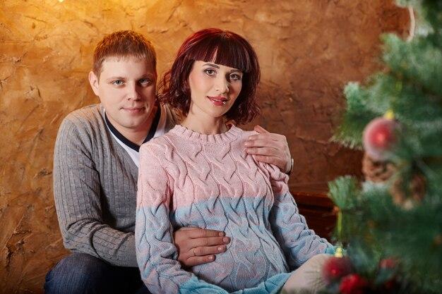 2番目の子供の誕生を待っている家族。お母さんお父さんと息子の赤ちゃんの誕生を待っています