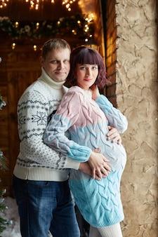 두 번째 아이의 탄생을 기다리는 가족. 엄마 아빠와 아들이 아기의 탄생을 기다리고 있습니다.