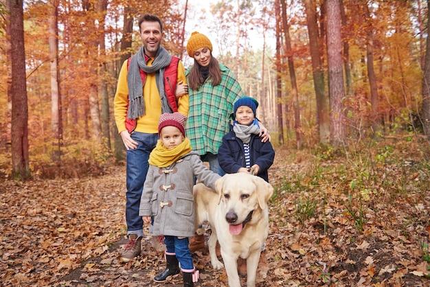 家族が森の中を歩く