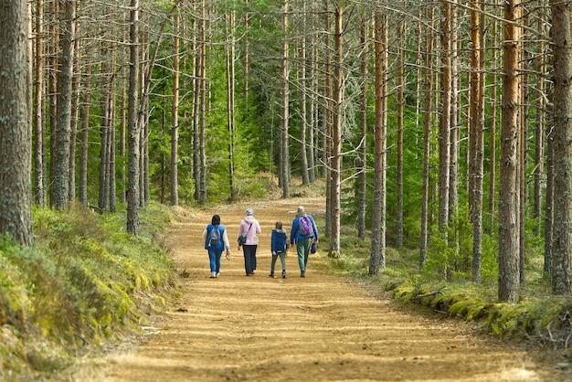 봄 숲에 산책하는 가족