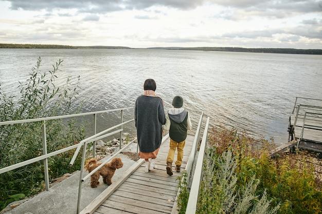 Семья гуляет по природе
