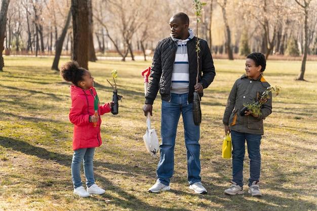 Семья хочет вместе посадить дерево