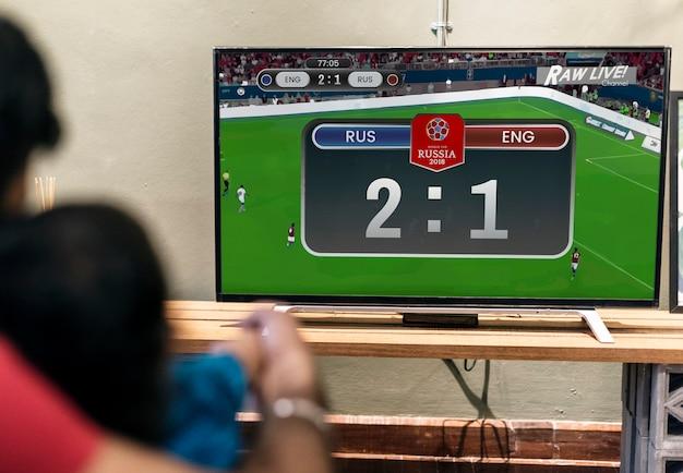 Tv에서 축구 경기를보고 가족