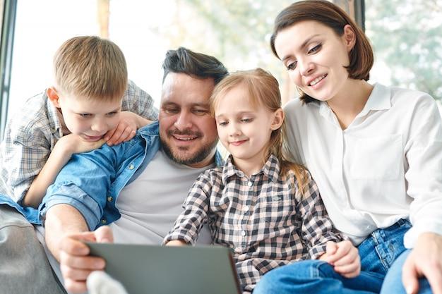 映画を見ている家族